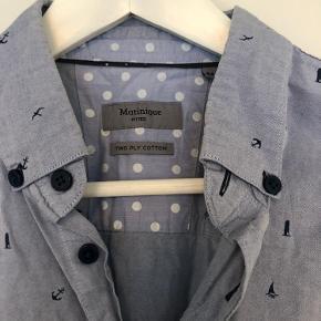 Lyseblå skjorte med fint print. Slimfit model
