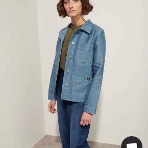 Le Mont St. Michel workwear jacket i farven sky. Str 34, aldrig brugt.