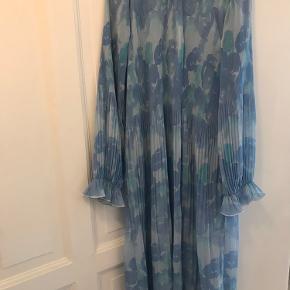 Kjolen er brugt én gang i 5 timer. Den fremstår derfor som ny. Køb nu pris er 900 kr., men kom gerne med et bud. :) Den kan afhentes på Frederiksberg.