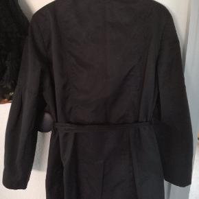 Trench coat fra Red Herring med lidt puf ærmer. Er kun brugt i en sæson og derfor i god stand. God overgangsjakke. Str 20/48. Nypris: 599  Mængderabat gives