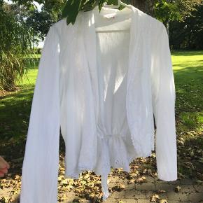 Sælger denne vintage hvide skjorte med fine detaljer. Den passer alt XS - M.  Byd gerne