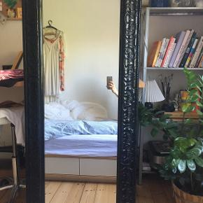 Flot højt spejl, som har en del år på bagen, men som er i en fin stand.