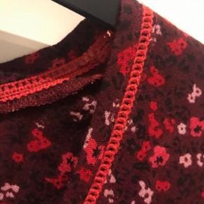 Lækker bordeaux viskose bluse med små rosa og røde blomster .  L ( 50-52 )  Ny pris 499 kr