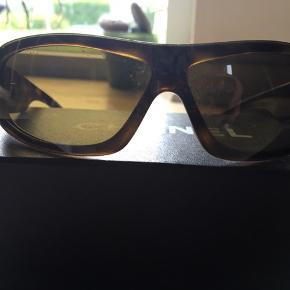 Skønne solbriller. Æske og kvittering (købspris 2107 ,- i Synoptik) medfølger.  Selve etuiet medfølger , men er blevet ødelagt af at ligge i hhv min taske og i en varm bil - overfladen på etuiet er afskallet og beskidt.