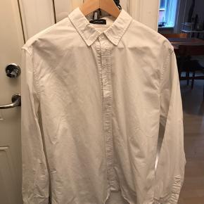God Oxford-skjorte fra Samsøe. Fejler intet og er kun krøllet, fordi den ikke er brugt længe. 😊