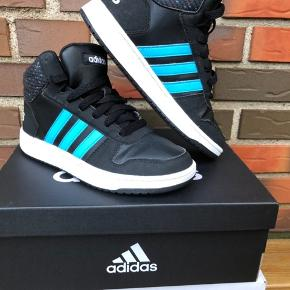 Efterårs smarte Adidas sneakers str 35 - desværre købt for små brugt et par timer.  Nypris 499kr  Sælges i en hurtig handel for 150kr + DAO