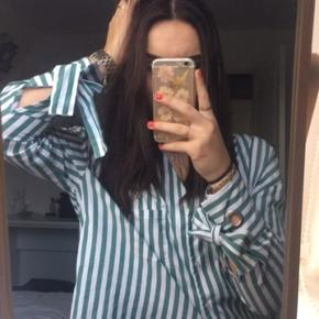 Smuk, grøn og hvid-stribet skjorte med sløjfedetaljer fra Bershka. Som ny.