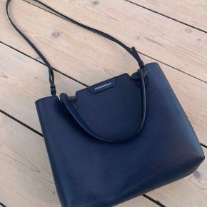 EMPORIO ARMANI taske  Håndtaske/skuldertaske - Mørkeblå - minishopper Brugt en enkel gang og har INGEN brugstegn  Bredde: 26 cm Højde: 21 cm Dybde: 12 cm Hank: 10 cm   Fast kvæg læder, indfarvet  Ny pris: 1.964,- Sælges for 850,-