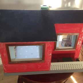 Hjemme snedkereret dukkehus/kolonihavehus i flot stand, med div. Møbler og en dukke.  L 57 B 40 H 38 cm.  Kan sendes med gls for 80 kr.