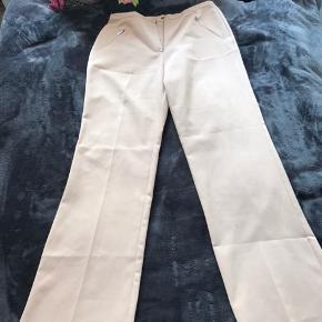 Det fedeste beige tailor suit Jakken: str. l, med skulderpuder - kan passes ag mindre  Bukser: str. s/l efter ønsket fit. Enkelte pletter på benet - spørg for billede   Ses helst det sælges samlet - men ellers kom med et bud   Byd!!!