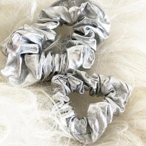 """Helt nye """"Mommy and Me"""" luksus scrunchies fra MESSAGE IN A BOTTLE. Udsalg pris kun 50 kr pr sæt. Fåes i mange forskellige designs. 💌Forsendelse kun 10 kr. med PostNord"""