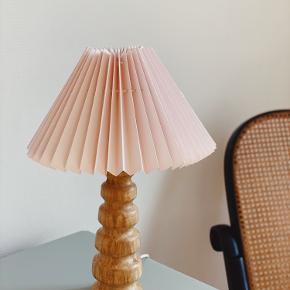 Super fin lampe i træ.🌿  Sælges både med og uden skærm.  Med ny Rosa plisséskærm og stativ 575,-💗  Uden skærm og stativ 200,-  Sender gerne 📦