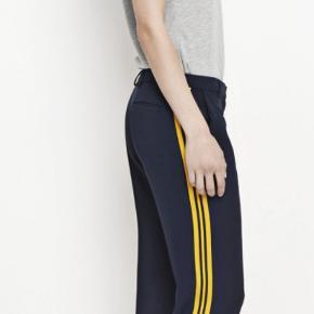 Blå bukser med gule detaljer på siden fra Samsøe samsøe. De er brugte, men i fin stand.