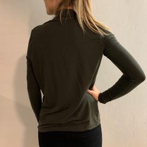 Army grøn trøje str. XS med fine detaljer foran.  Brugt få gange - næsten som ny.   Kan sendes med DAO på købers regning.