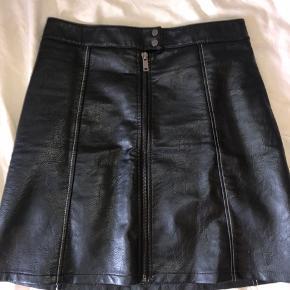 Læder nederdel fra Zara. Brugt få gange. Med lynlås lukning.