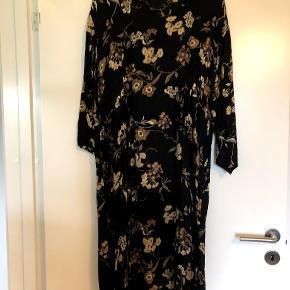 Kjolen er kun brugt 4 gange så den er næsten som ny. Super lækkert stof og en smule indlæg under bryst/talje. Sidder rigtig godt
