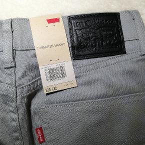 Rigtig flotte Levi's jeans i en fin grå nuance. De er aldrig brugt.