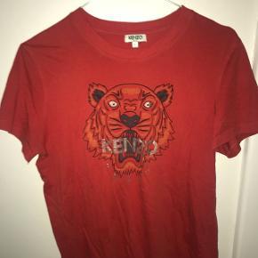 Sælger rød kenzo t-shirt i str LDen er str L, men fitter S hvis ikke også xs, så MEGET lille i strørrelsen. Sælger billigt, kom med bud!