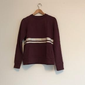 Lækker sweatshirt fra Wood Wood i str. XS. Brugt få gange, og er derfor i rigtig fin stand. Nypris var 900kr.   Kan afhentes i Ørestad eller sendes på købers regning.