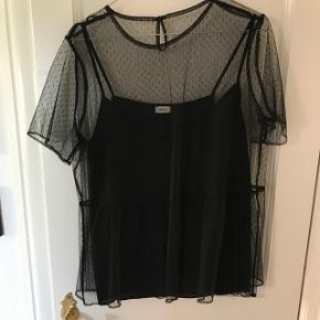 """Sort gennemsigtig t-shirt med """"indbygget sort top under fra Pimkie. Købt i Berlin for 1 år siden ca. Str. M. Aldrig brugt, kun prøvet på"""
