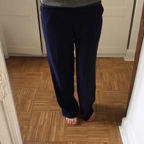 Fine mørkeblå bukser, med vide i ben. Mener modellen hedder Enilas. Nypris 1999.- Indvendig længde i ben 82cm. Talje: 41x2cm.