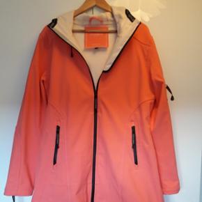 Lækker ny softshell jakke fra Ilse Jacobsen str 42 i koral 😊 nypris 1500 kr