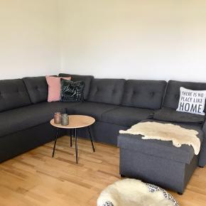 Mørkegrå chaiselong sofa sælges. Den er 280 cm lang og 210 cm bred ved den længste chaiselong. 2 magasiner til opbevaring af ting. Kan slås ud til en stor sovesofa. Kun 1 år gammel og sælges for 5000kr - nypris var 8000kr. Kan afhentes i Frederikssund.