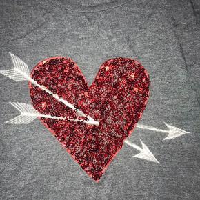 T-shirt med pallietter😊