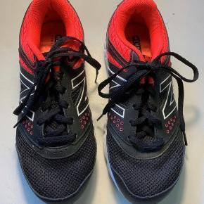 Lækre sko, model W675v2, brugt 2 gange, men desværre lige det mindste til mig.  Jeg håbede de passede mig, men må konstatere at de er for små.   Sort og neon (Black and bright cherry).   Virkelig fine.
