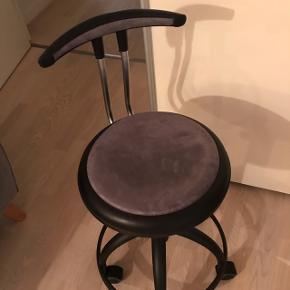 Brugt grå kontorstol med ryglæn. Kan hentes i Roskilde-området