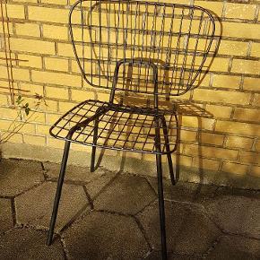 Menu String Chair ( spisebordsstol) med originalt sort firkantet krøllet lammeskind. Sælges samlet for kun 1100