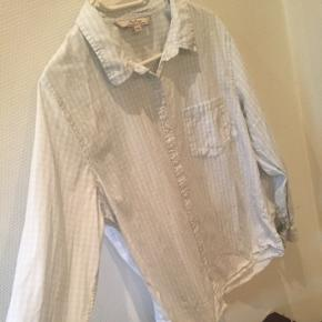 Babyblå og hvid.Står str XXL men passer s/m Lav din egen tøjpakke, 10 dele for 100kr, ellers er det nuværende pris der gælder