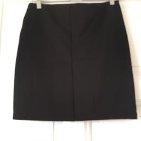 """Nümph nederdel med skrå lynlås. Aldrig brugt. Style """"Carter"""". 100% polyester."""