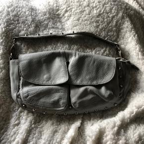 Sælger min lækre lækre Unlimit Takse.  Jeg bruger den nærmest hver eneste dag, og derfor vil jeg gerne have solgt den for en god pris. Det er ikke den mindeste størrelse, men den mellemste, så det er en nem dejlig taske at bære rundt på:) Np: 1300kr Mp: BYD