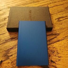 Secrid kortholder med plads til fem kort. Fremstillet i aluminium.