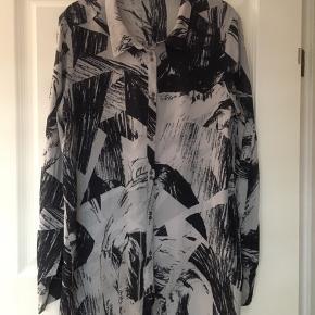 Fin printet 2nd Day skjortebluse i silke/Viskose. Str. 38.