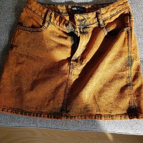 Super fed denim nederdel fra ZARA. Den er kun prøvet på, men ikke brugt. Sælges kun fordi den ikke passer mig helt.