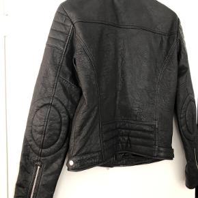 Fed biker look læderjakke. Der er intet mærke i jakken, fordi den er købt på designer Forum - heraf også den billige pris. Giv den nyt liv!  Og det er ko skind, det har jeg glemt at skrive 😊