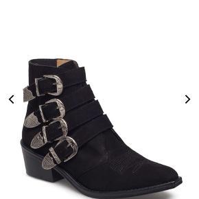 """Støvler fra Toga Pulla i ruskind.  Kun brugt få gange eftersom de er lidt for store til mig, derfor kun enkelte """"brugsmærker"""". Imprægneret efter hvert af de dog få brugsgange.   Købspris: 2950kr."""
