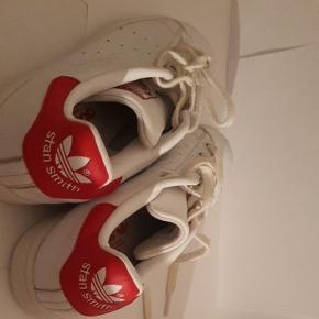 Adidas Stan smith i rød.  BYD. God men brugt. Og er lidt skæve på en ad siderne på begge sko.