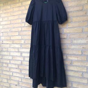 Flot tidstypisk kjole med kort ærme. Bryst mål: 2 x 48 cm Længde for: 110 cm Længde bag: 120 cm Bytter ikke