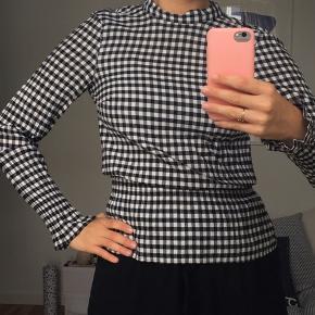 Fedeste bluse fra H&M, kan ikke købes mere. Sælger da jeg ikke kan passe den!   Kan også passes af en 36 og en lille 38   Hvis du bor i nærheden af Horsens kan vi aftale at mødes🧡