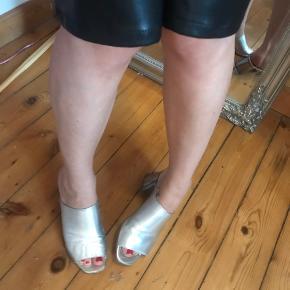 Super lækre læder slip ons med sølv chunky hæl ⚡️⚡️  Mange andre sko til salg!! 👠👡👢👟🥿