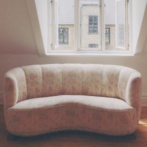 Oldemors arvestykke!  Rose sofa med blomster. Har slid her og der - se billeder.  Men den er så fin og hyggelig 💛 Den er er din hvis du vil have den! Den skal bare hentes på 5. sal på Østerbro 🕺🏻