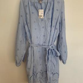 Lyseblå kjole med fint mønster og underkjole. Aldrig brugt