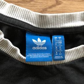 Adidas trøje  Er lidt forvasket Ved handel over Trendsales skal køber betale sælger og køber gebyr