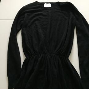 Fin bluse fra just female   Stadig med prismærke  Np 499kr  str S , men kan også passes af en m