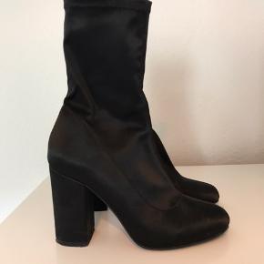 Sorte støvler fra Nelly, sidder helt tæt til benet. Brugt 1 gang