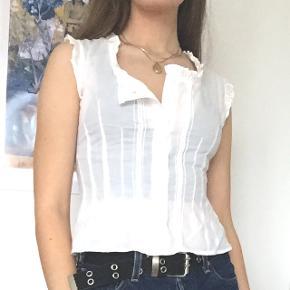 Hvid vintage bonde-bluse / kortærmet skjorte. Vist med nåle i (på str S) på første 2 billeder, uden på nr. 3.  Jeg bytter ikke og tager kun imod bud i privatbesked. 🌸