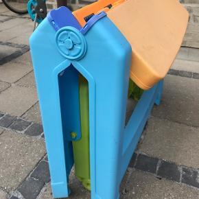 Børnebord til udendørsbrug, sammenklappelig og af plast. Plads til 4 børn